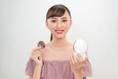 Pi?kna kobieta Z poduszka chuchem I lustro Stosuje Makeup Prochow? podstaw? zdjęcie royalty free