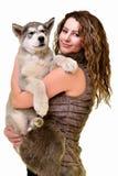 Piękna kobieta z potomstwa psim Malamute Obrazy Royalty Free