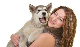 Piękna kobieta z potomstwa psim Malamute Obraz Royalty Free
