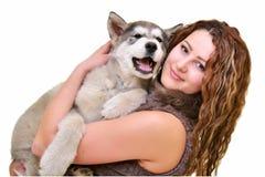 Piękna kobieta z potomstwa psim Malamute Obraz Stock