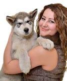 Piękna kobieta z potomstwa psim Malamute Zdjęcie Royalty Free