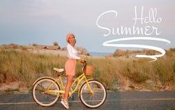 Pi?kna kobieta z rowerem na pla?y zdjęcie royalty free
