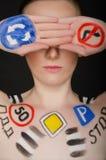Piękna kobieta z ruchów drogowych znakami na jej ciele Obraz Royalty Free