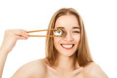 Piękna kobieta z suszi i chopsticks Fotografia Royalty Free