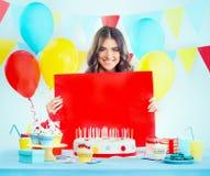 Piękna kobieta z urodzinowym tortem robi cisza gestowi Obrazy Royalty Free