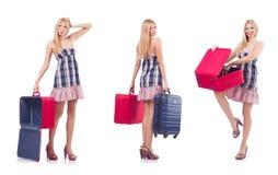 Pi?kna kobieta z walizk? odizolowywaj?c? na bielu zdjęcia royalty free