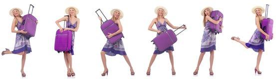 Pi?kna kobieta z walizk? odizolowywaj?c? na bielu obraz royalty free