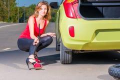 Piękna kobieta z z wyrwaniem blisko samochodu Zdjęcie Royalty Free