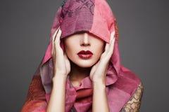 Piękna kobieta zakrywa jej twarz, islamski styl Obraz Stock