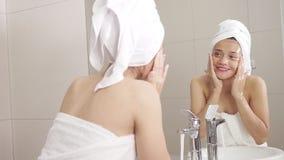 Piękna kobiety domycia twarz na faucet zdjęcie wideo