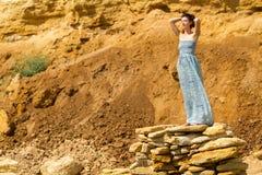 Piękna kobiety pozycja na kamieniach Obraz Stock