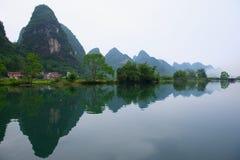 Piękna krajobraz woda, góry i obrazy royalty free
