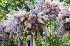 Piękna kwiecista dekoracja w ogródzie obraz royalty free
