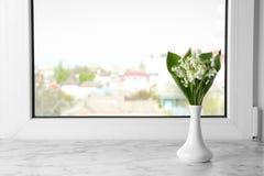 Pi?kna leluja dolina bukiet w wazie na windowsill obraz royalty free