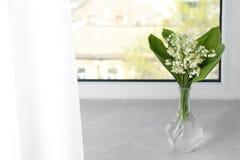 Pi?kna leluja dolina bukiet w wazie na windowsill obrazy royalty free
