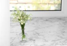 Pi?kna leluja dolina bukiet w wazie na windowsill zdjęcia royalty free