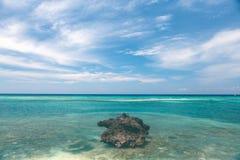 Piękna linia brzegowa, turkusowy widok morze z kamieniem Obrazy Stock