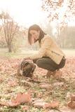 Pi?kna m?oda kobieta bawi? si? z jej psem w lesie obrazy royalty free