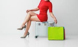 Pi?kna m?oda kobieta z zakupy torbami i baga?em zdjęcia stock