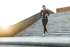 Pi?kna m?oda sprawno?ci fizycznej kobieta jest ubranym sportswear jogging zdjęcie stock