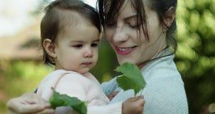 Pi?kna matka i jej dziecko c?rka bada outdoors zdjęcie wideo