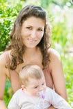 Piękna matka outdoors I dziecko Zdjęcie Stock