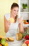 piękna mienia ananasowi kobiety potomstwa Obrazy Royalty Free