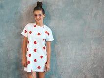 Pi?kna modna dziewczyna pozuje w studiu fotografia stock