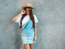 Pi?kna modna dziewczyna pozuje w studiu obraz royalty free