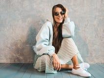 Pi?kna modna dziewczyna pozuje w studiu zdjęcia royalty free