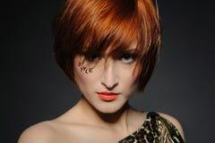 piękna mody fryzura heaired czerwona kobieta Zdjęcia Stock