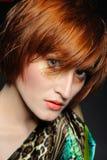 piękna mody fryzura heaired czerwona kobieta Zdjęcia Royalty Free