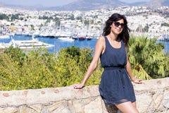 Piękna mody kobieta na portu morskiego tle Obrazy Royalty Free