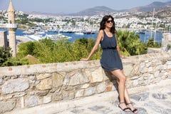 Piękna mody kobieta na portu morskiego tle Fotografia Royalty Free