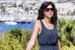 Piękna mody kobieta na portu morskiego tle Fotografia Stock