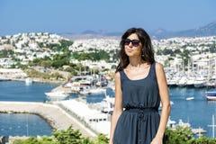 Piękna mody kobieta na portu morskiego tle Zdjęcia Royalty Free
