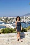 Piękna mody kobieta na portu morskiego tle Zdjęcia Stock