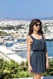 Piękna mody kobieta na portu morskiego tle Zdjęcie Stock