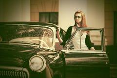 Piękna mody kobieta obok retro samochodu Obraz Stock