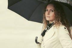Piękna mody kobieta z parasolowym odprowadzeniem w miasto ulicie Zdjęcie Royalty Free