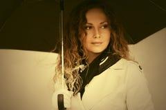Piękna mody kobieta z parasolowym odprowadzeniem w miasto ulicie Zdjęcia Royalty Free