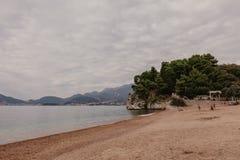 Pi?kna Montenegro zatoka z piasek pla?? i doskonali? Adriatyck? wod? morsk? zdjęcie stock