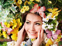 piękna motyliego kwiatu dziewczyny trawa Fotografia Stock