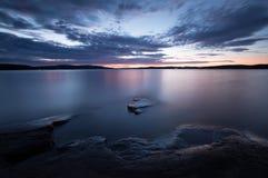 Piękna mroczna scena od jeziora w Sweden Zdjęcia Stock