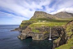Piękna Mulafossur siklawa z wielkim krajobrazem Zdjęcia Stock