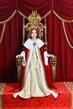 Pi?kna nastoletnia dziewczyna z korony obsiadaniem w rocznika karle zdjęcia royalty free