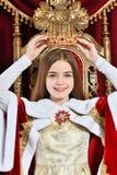 Pi?kna nastoletnia dziewczyna z korony obsiadaniem w rocznika karle fotografia royalty free