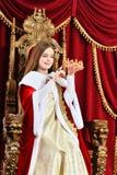 Pi?kna nastoletnia dziewczyna z korony obsiadaniem w rocznika karle obrazy royalty free