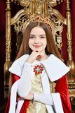 Pi?kna nastoletnia dziewczyna z korony obsiadaniem w rocznika karle obraz stock