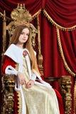 Pi?kna nastoletnia dziewczyna z korony obsiadaniem w rocznika karle zdjęcie royalty free